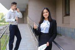 Młoda powabna azjatykcia biznesowa kobieta, żeński portreta spojrzenie przy krzywka Obrazy Stock