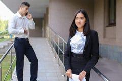 Młoda powabna azjatykcia biznesowa kobieta, żeński portreta spojrzenie przy krzywka Zdjęcia Royalty Free