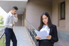 Młoda powabna azjatykcia biznesowa kobieta, żeński portreta spojrzenie przy krzywka Obraz Stock