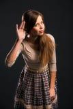 Młoda powabna kobieta no może słuchać dźwięka lub Obraz Stock
