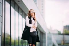 Młoda powabna kobieta patrzeje daleko od w modnych okularach przeciwsłonecznych Uliczny mody pojęcie miastowy tło, mody spojrzeni Zdjęcie Royalty Free