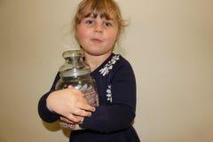 Młoda preschool dziewczyna z słojem cukierek fotografia stock