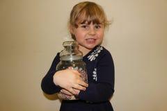 Młoda preschool dziewczyna z słojem cukierek obrazy stock