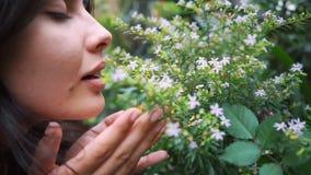 Młoda przedsiębiorca kwiaciarnia cieszy się kwiaty kwitnie w mój szklarni zdjęcie wideo