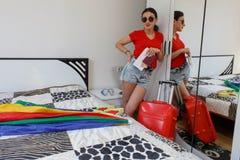 Młoda przypadkowa dziewczyna w pełnej długości z walizki mienia biletami i paszportem Obraz Royalty Free