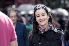 Młoda przypadkowa kobieta ono uśmiecha się przy kamerą w ruchliwej ulicie fotografia royalty free