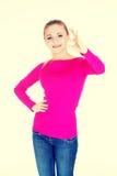 Młoda przypadkowa kobieta pokazuje perfect znaka Zdjęcia Stock