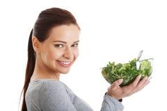 Młoda przypadkowa kobiety łasowania baranka sałata. Fotografia Stock