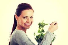 Młoda przypadkowa kobiety łasowania baranka sałata Obraz Stock