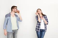 Młoda przypadkowa para opowiada przez blaszanej puszki telefonu fotografia royalty free