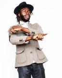 Młoda przystojna afro amerykańska chłopiec w eleganckim modnisia kapeluszu gesturin Zdjęcie Stock