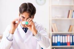 Młoda przystojna doktorska okulistka pracuje przy kliniką zdjęcia royalty free