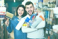 Młoda radosna para demonstruje narzędzia dla domu odnawi wewnątrz Zdjęcie Royalty Free