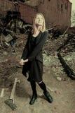 Młoda rajstopy dziewczyna pozuje w miastowym rozpadowym terenie przyglądającym w górę stonowanego colorized wizerunku zdjęcie stock