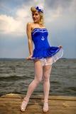 Młoda retro pinup dziewczyna z seksownym blond kędzierzawym włosianym stylem i kawaler Obraz Stock