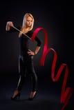 Młoda rhytmic gimnastyczka robi tasiemkowemu ćwiczeniu Obrazy Royalty Free