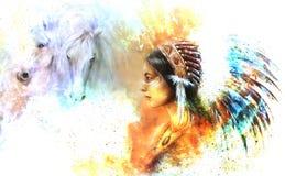 Młoda rodzima indyjska kobieta jest ubranym wspaniałego piórkowego pióropusz z dwa koniem i pozaziemski astronautyczny tło, Obrazy Royalty Free