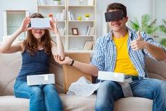 Młoda rodzina bawić się gry z rzeczywistość wirtualna szkłami fotografia stock
