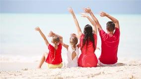 Młoda rodzina na wakacje na karaibskiej plaży zbiory