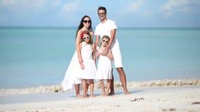 Młoda rodzina w bielu na wakacje na karaibskiej plaży zbiory wideo