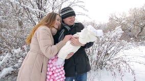 Młoda rodzina w zimie zdjęcie wideo