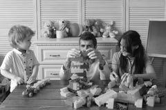 Młoda rodzina wydaje czas w playroom Mama, tata i chłopiec, Obrazy Stock