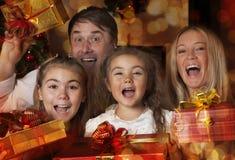 Młoda rodzina z Bożenarodzeniowymi prezentami Obrazy Stock