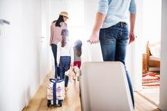 Młoda rodzina z dwa dziećmi iść na wakacje obraz royalty free
