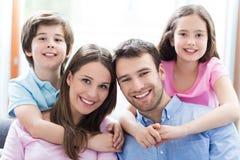 Młoda rodzina z dwa dzieciakami Fotografia Royalty Free