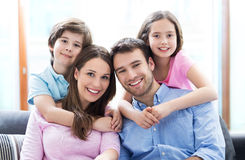 Młoda rodzina z dwa dzieciakami Obrazy Stock