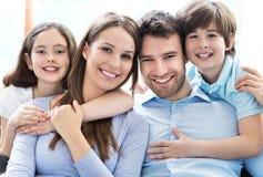 Młoda rodzina z dwa dzieciakami Zdjęcia Royalty Free