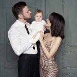 Młoda rodzina z pięknym małym dzieckiem w thair rękach fotografia royalty free