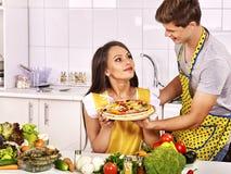 Młoda rodzinna kulinarna pizza przy kuchnią Zdjęcia Stock