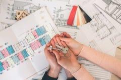 Młoda rodzinna para zakupu czynszu własności nieruchomość Agent daje konsultaci mężczyzna i kobieta TARGET1097_1_ Kontrakt Fotografia Stock