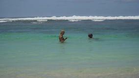 Młoda rodzinna sztuka na morzu zbiory wideo