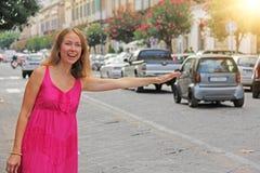 Młoda Romantyczna dziewczyna w lato menchii sukni Zatrzymuje maszynę dziewczyna obrazy royalty free