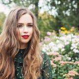 Młoda romantyczna kobieta outdoors, portret Dziewczyna w kwiatu ogródzie zdjęcia stock
