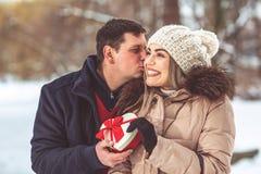 Młoda romantyczna para ma zabawę w zimie przed Ch outdoors zdjęcia stock