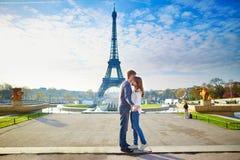 Młoda romantyczna para w Paryż obraz stock