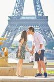 Młoda romantyczna para w Paryż blisko wieży eifla Obrazy Royalty Free