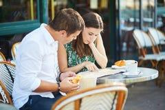 Młoda romantyczna para w wygodnej plenerowej kawiarni w Paryż, Francja Fotografia Royalty Free