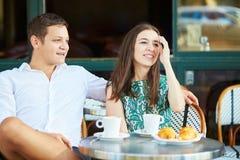 Młoda romantyczna para w wygodnej plenerowej kawiarni w Paryż, Francja Zdjęcia Stock