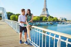 Młoda romantyczna para wydaje ich wakacje w Paryż Obrazy Royalty Free