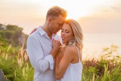 Młoda romantyczna para zmierzchem obraz stock