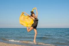 Młoda rozochocona dziewczyna na morzu Zdjęcia Royalty Free