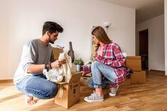 Młoda rozochocona para wybiera kolor dla malować dom fotografia royalty free