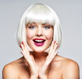 Młoda rozochocona szczęśliwa kobieta abstrakcjonistyczna sztandaru mody fryzury ilustracja obraz royalty free
