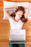 Młoda rudzielec dziewczyna z laptopem fotografia stock