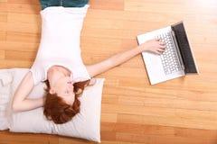 Młoda rudzielec dziewczyna z laptopem zdjęcia royalty free