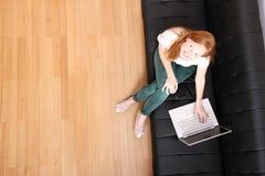Młoda rudzielec dziewczyna z laptopem zdjęcia stock